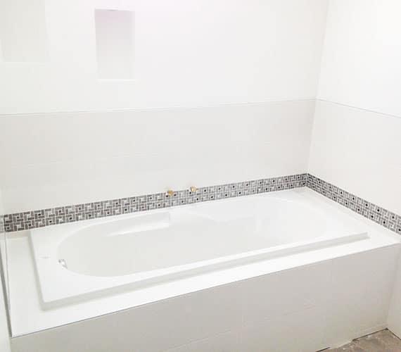 installation de salle-de-bains-baignoire